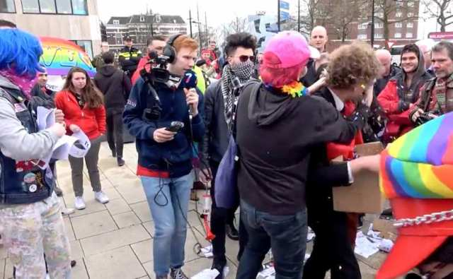 "A gritos de ""Dios es gay"" activistas LGBT agreden a cristianos"