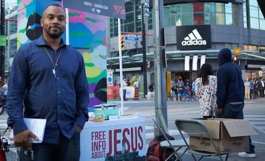 """Pastor arrestado en la calle por llamar homosexualidad """"pecado"""""""