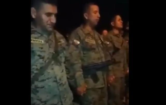Soldados de Ecuador oran antes de salir a combatir narcotráfico