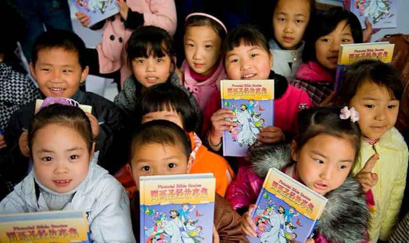 China prohíbe la enseñanza de la Biblia a niños