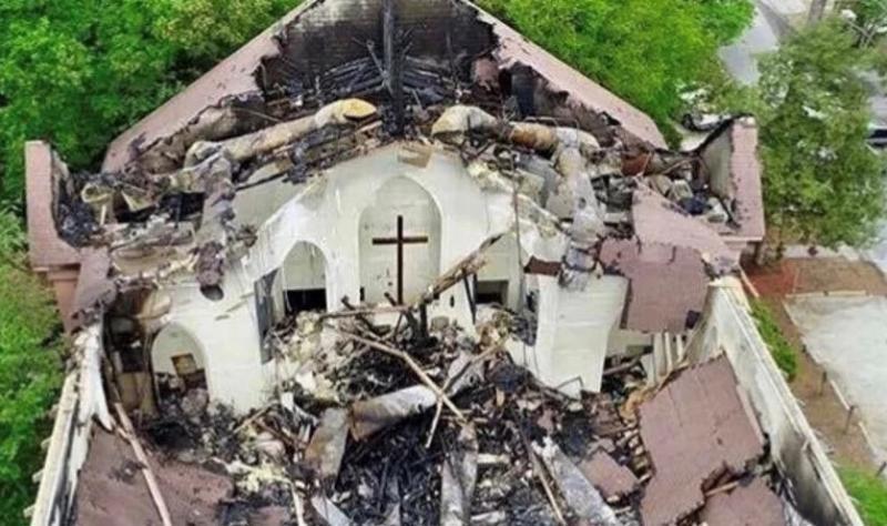 Iglesia se deshace con fuego, pero cruz permanece intacta