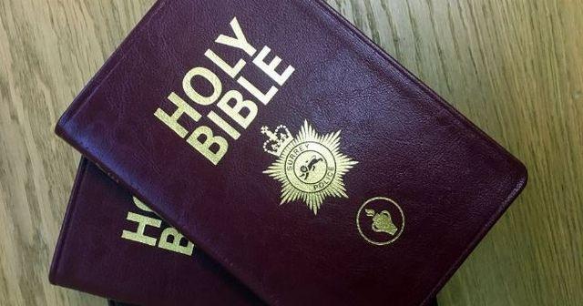 Policía provoca reacciones violentas por permitir distribución gratuita de biblias