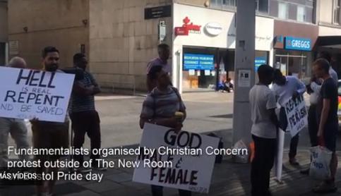 """Evangelistas protestan ante iglesia que hacía culto """"pro-LGBT"""""""