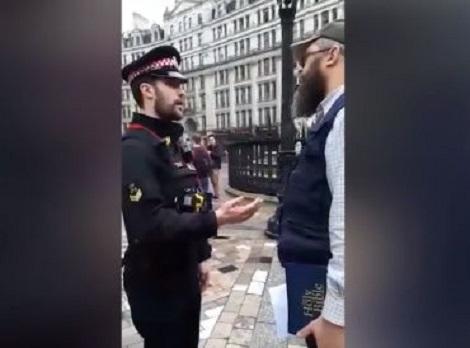 Iglesia Angelicana llama a policías para arrestar a hombre que leía la Biblia frente al templo