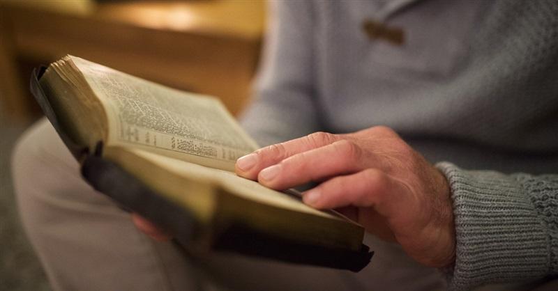 Ciudad prohíbe estudios bíblicos a familia y la amenaza con multas
