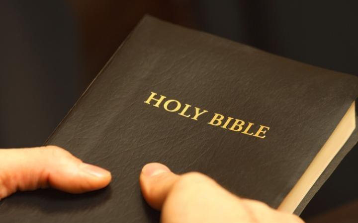 Hombre contrabandea la Palabra de Dios en un lugar donde ser atrapado con una Biblia es la muerte