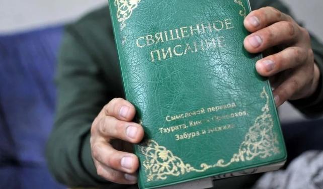 Traficante deja de vender drogas para distribuir biblias