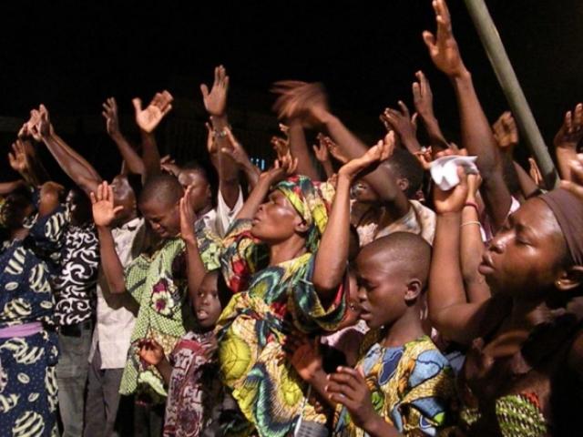 Pastor vende aceite asegurando curar el VIH