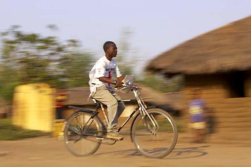 África: Cristianos llevarán el evangelio a más lugares usando una bicicleta