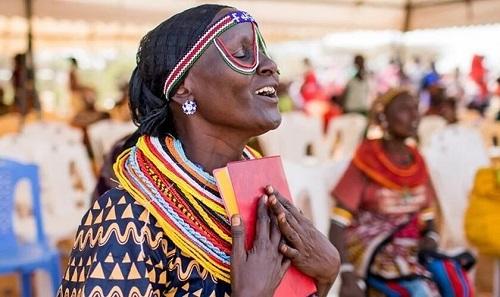 Tribu de Kenia recibe con alegría Nuevo Testamento traducido en su idioma