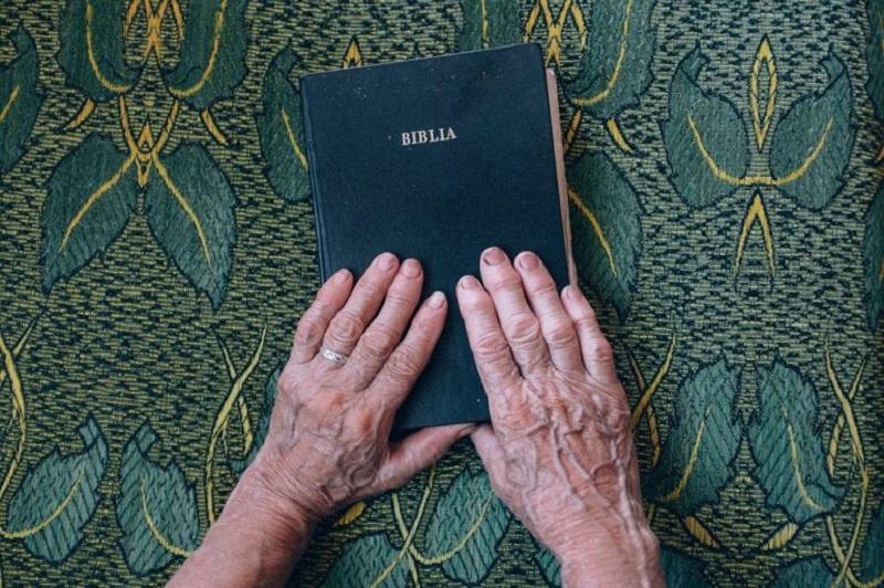 Estado quiere expulsar a anciana de refugio por dar estudios bíblicos