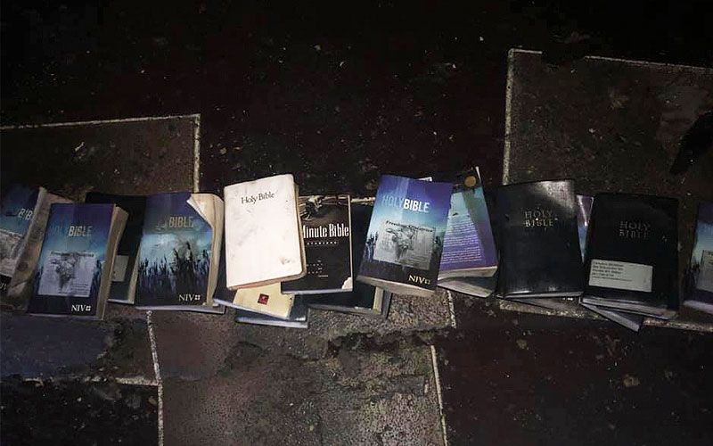 Un voraz incendio dejó en cenizas una iglesia, pero ni una sola Biblia se quemó