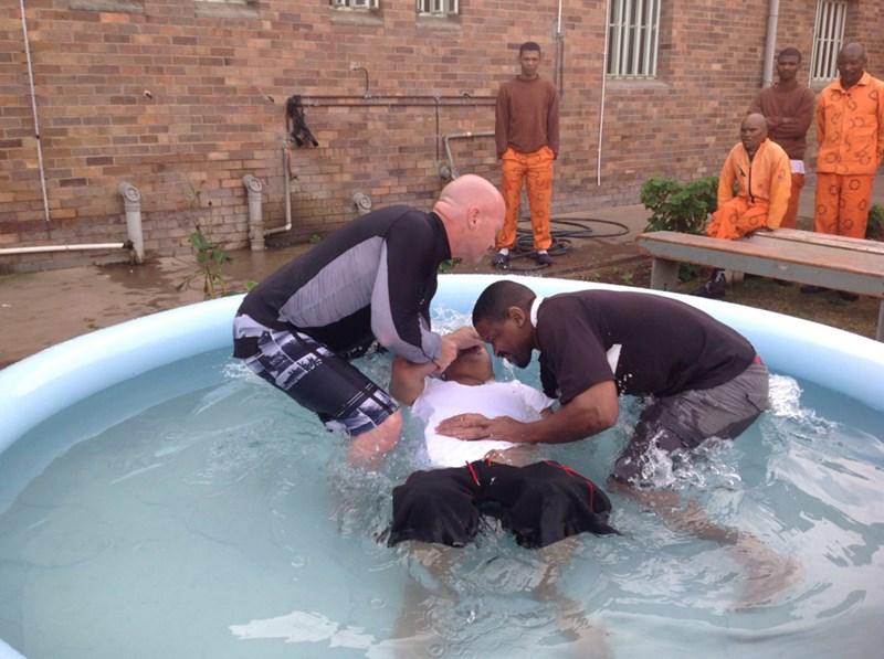 Persecución y miseria llevan a creyentes a bautizarse de forma improvisada por el mundo