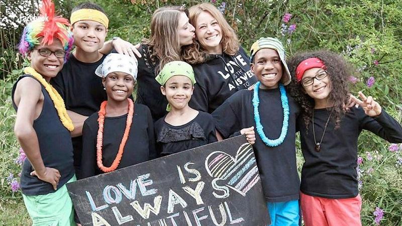Pareja de lesbianas se suicida con sus 6 hijos adoptivos